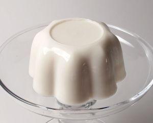 Blanc-manger_on_glass_platter